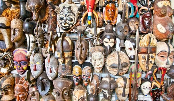 Bunte Auswahl von traditionellen Masken an einem Marktstand in Nairobi, Kenia