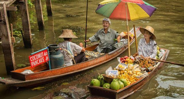 Flussmarkt in Asien