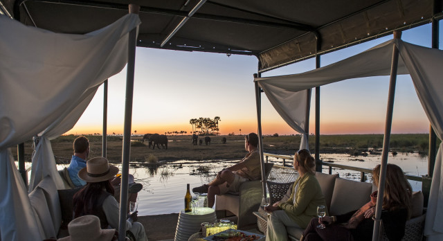 Safarizelt mit Blick auf Wildtiere im Botswana Tours Okavango Delta Linyati Reservat im Dumatau Camp