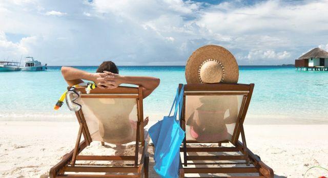 Paar am Strand - Flitterwochen auf den Seychellen