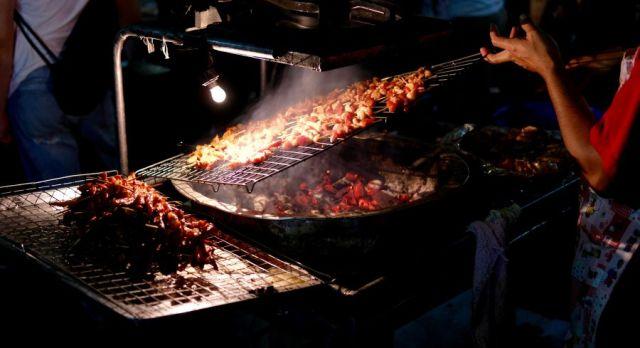 Südostasiatisches Street Food: Gegrilltes Fleisch auf einem Nachtmarkt in Vietnam