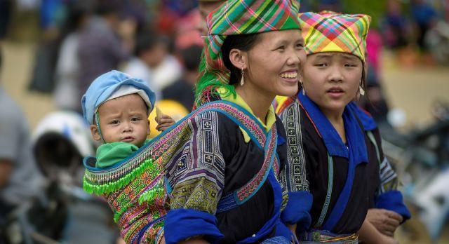 Hmong women at the market in Mu Cang Chai - Vietnam destinations