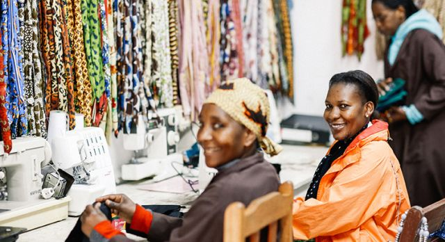 Zwei Näherinnen verarbeiten Stoff in Shanga in Arusha, Tansania