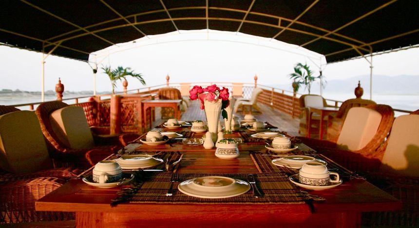 Gedeckter Tisch auf dem Oberdeck