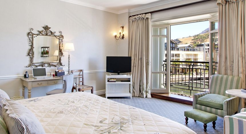 Schlafzimmer mit offenem Balkon