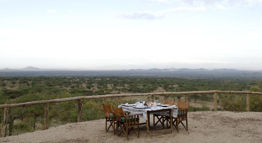 Gedeckter Tisch mit Aussicht auf die Landschaft im Kambi ya Tembo in West Kilimanjaro, Tansania
