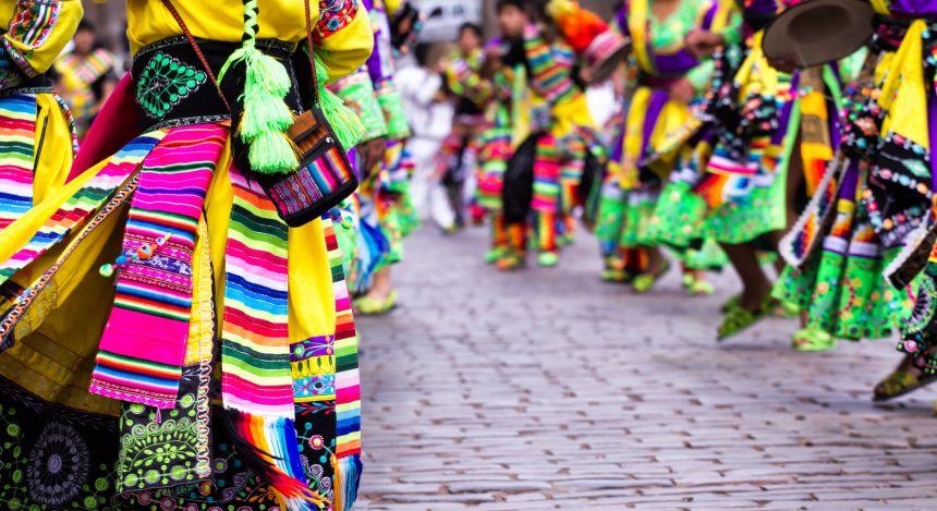Traditionelle Kleidung von indigenen in Peru
