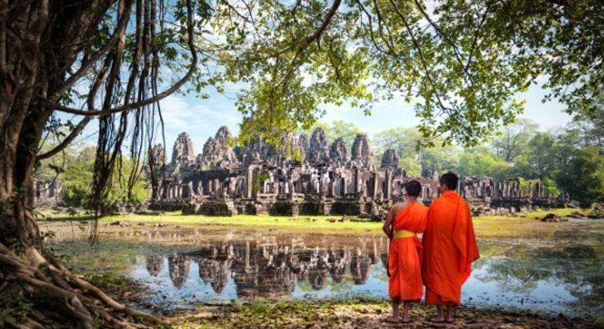 Rückansicht von zwei jungen buddhistischen Mönchen vor Angkor Wat in Kambodscha