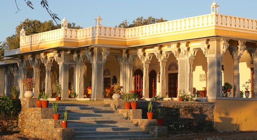 Außenansicht des Devshree Hotel in Deogarh, Nordindien