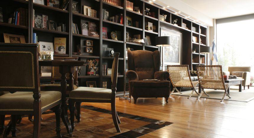 Bibliothek mit Sesseln und Tischen im Hotel Legado Mítico in Buenos Aires, Argentinien