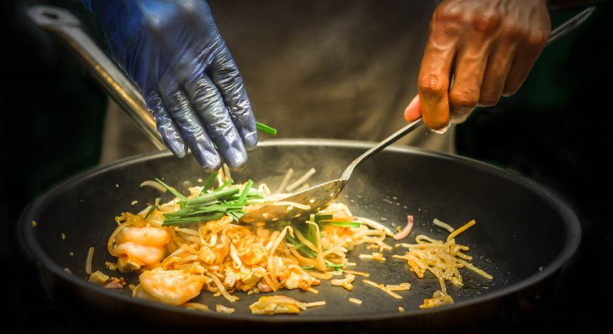 Straßenverkäufer bereitet scharfe Pad Thai-Nudeln zu.