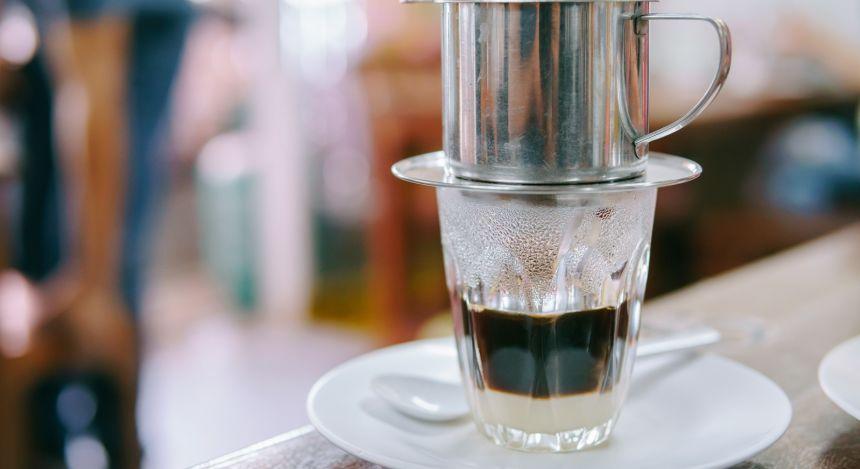Glas mit aufgesetztem Kaffeefilter