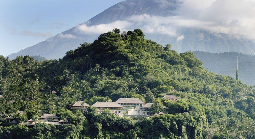 Fernsicht auf das Amankila Resort inmitten des bergigen Regenwaldes