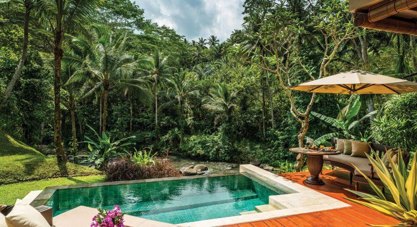 Bali Urlaub: Swimmingpool umgeben von tropischem Wald