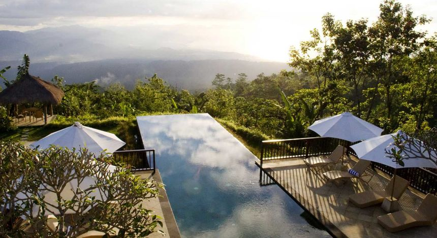 Infinitypool vor endloser Wald- und Berglandschaft im Munduk Moding Coffee Plantation Nature Resort