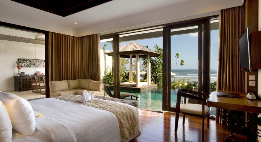 Blick vom Schlafzimmer hinaus auf den Pool und das Meer