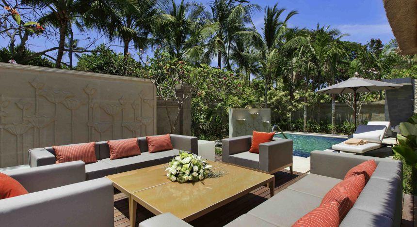 Außensitzbereich am Pool des Sofitel Bali Nusa Dua Beach Resorts