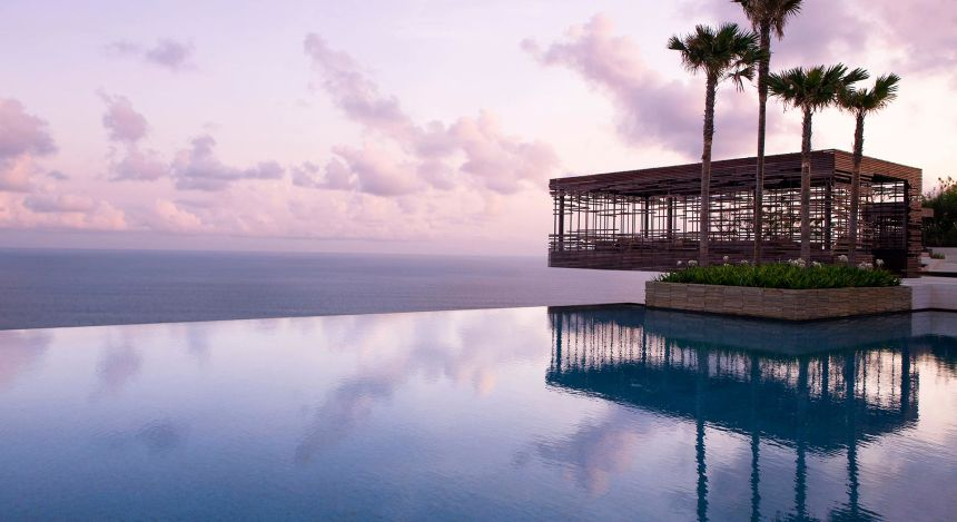 Infinitypool des Alila Villas Uluwatu mit Blick aufs Meer