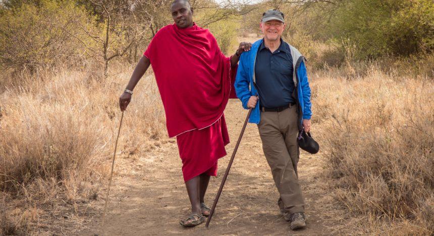 Zwei Männer posieren für Foto in der Serengeti