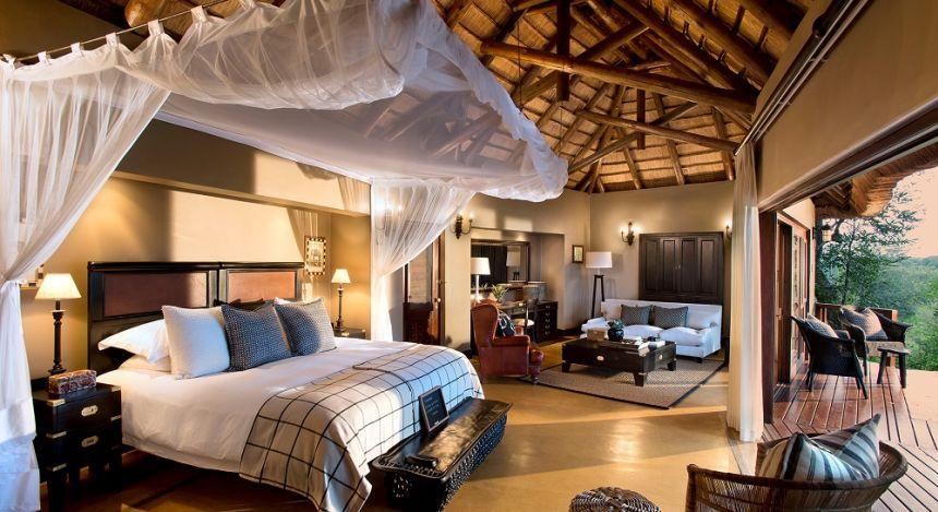Großes Schlafzimmer mit Doppelbett und Sitzecke