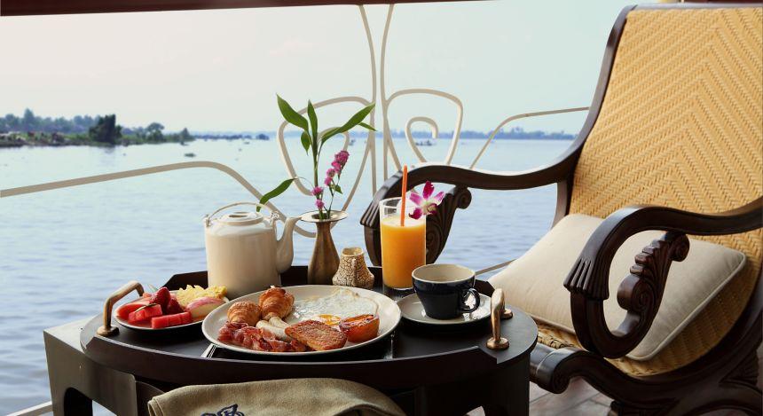 Reich gedeckter Frühstückstisch am Wasser