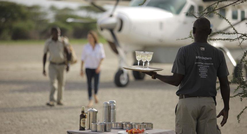 Kellner hält Drinks für ankommende Touristen bereit