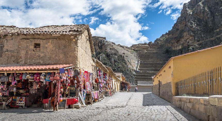 Steinhäuser und Treppe in terrassenförmig angelegtem Berghang