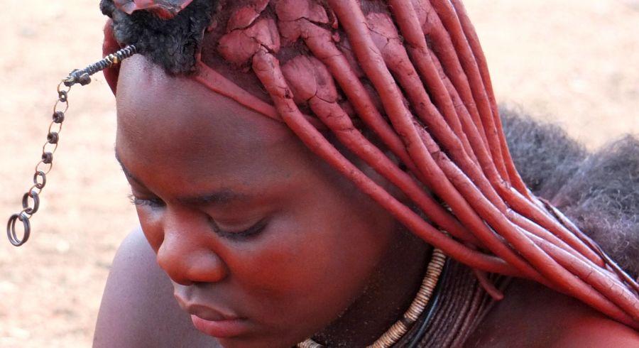Eine Himba Frau mit der typischen rot leuchtenden Haut
