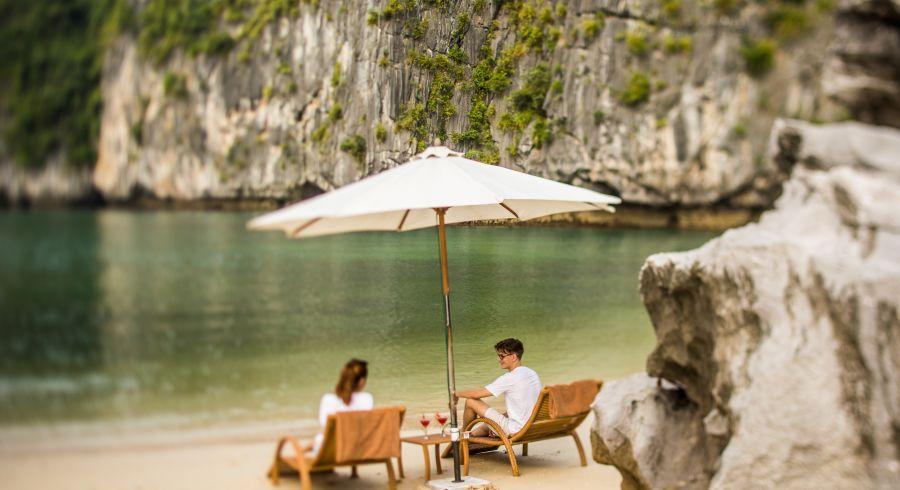 Urlauber am Strand in der Halong-Bucht