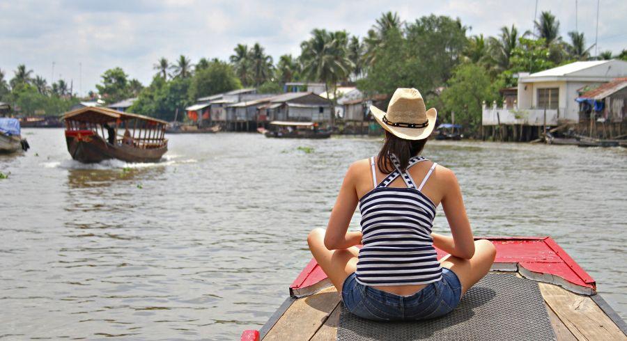 Frau beobachtet das Leben am Fluss