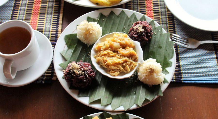 Typisches Gericht der Küche Myanmars, serviert in einem Bananenblatt