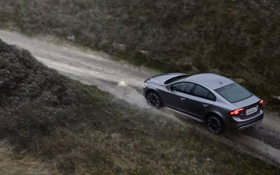 Volvo S60 Cross Country i fart på landevei