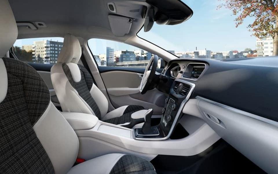 Volvo V40 kupe med hvite og mørke seter