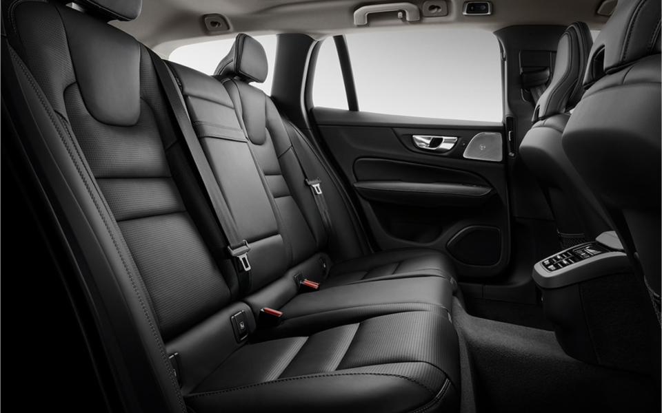 Fem støttende seter sørger for at alle i bilen sitter komfortabelt. Den nedfellbare bakseteryggen har en praktisk 60/40-deling. Elektrisk nedfellbar seterygg er tilgjengelig som ekstrautstyr.