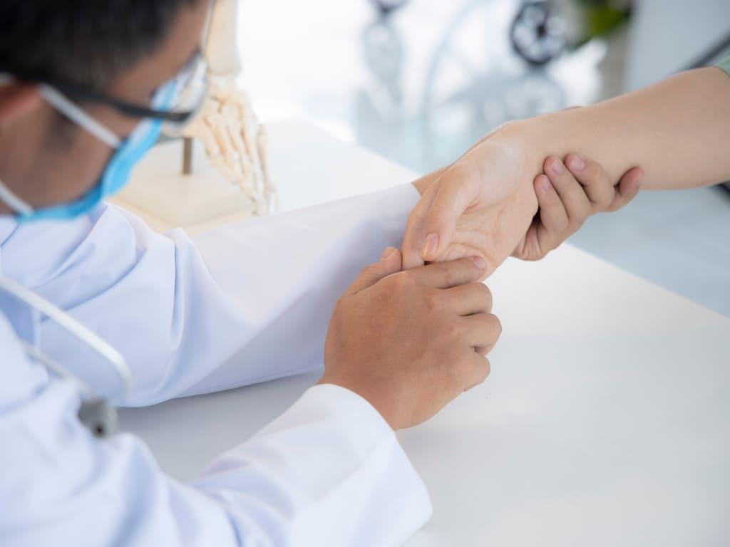 Dr Thong en consultation orthopédique