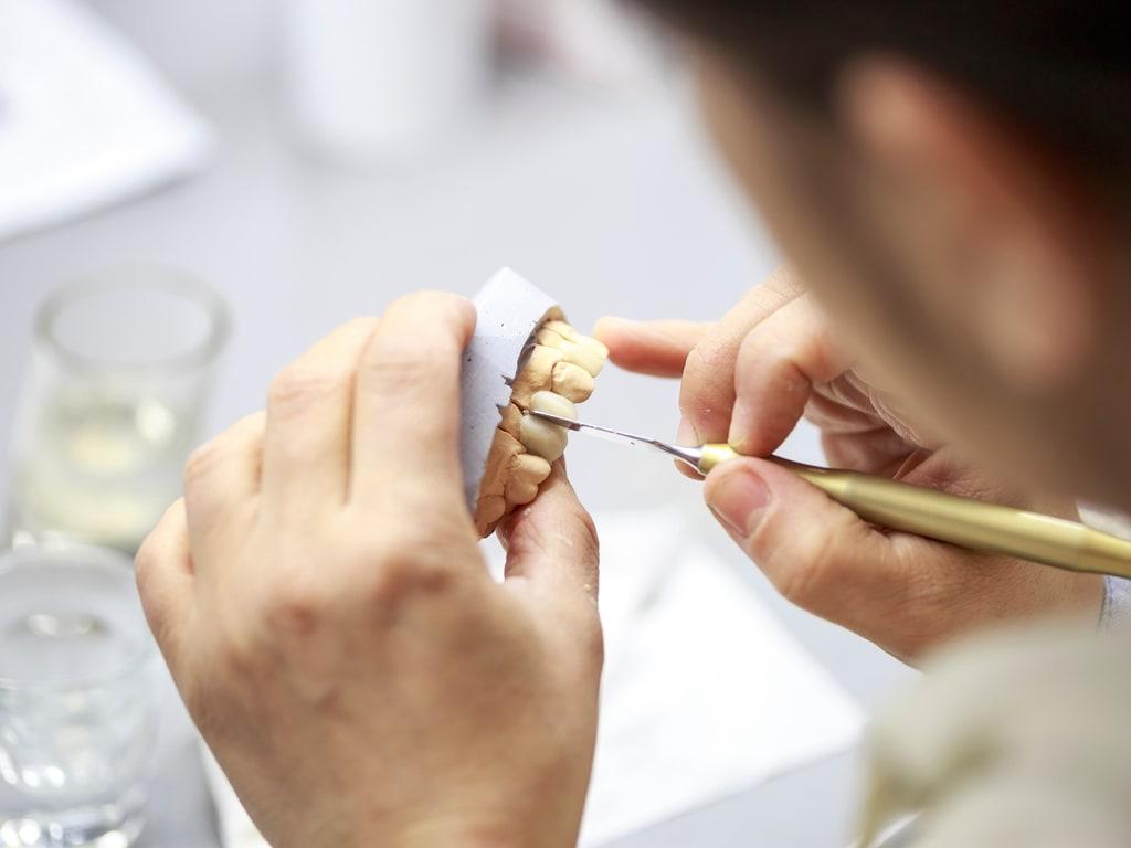 prothesiste travaillant sur une dent