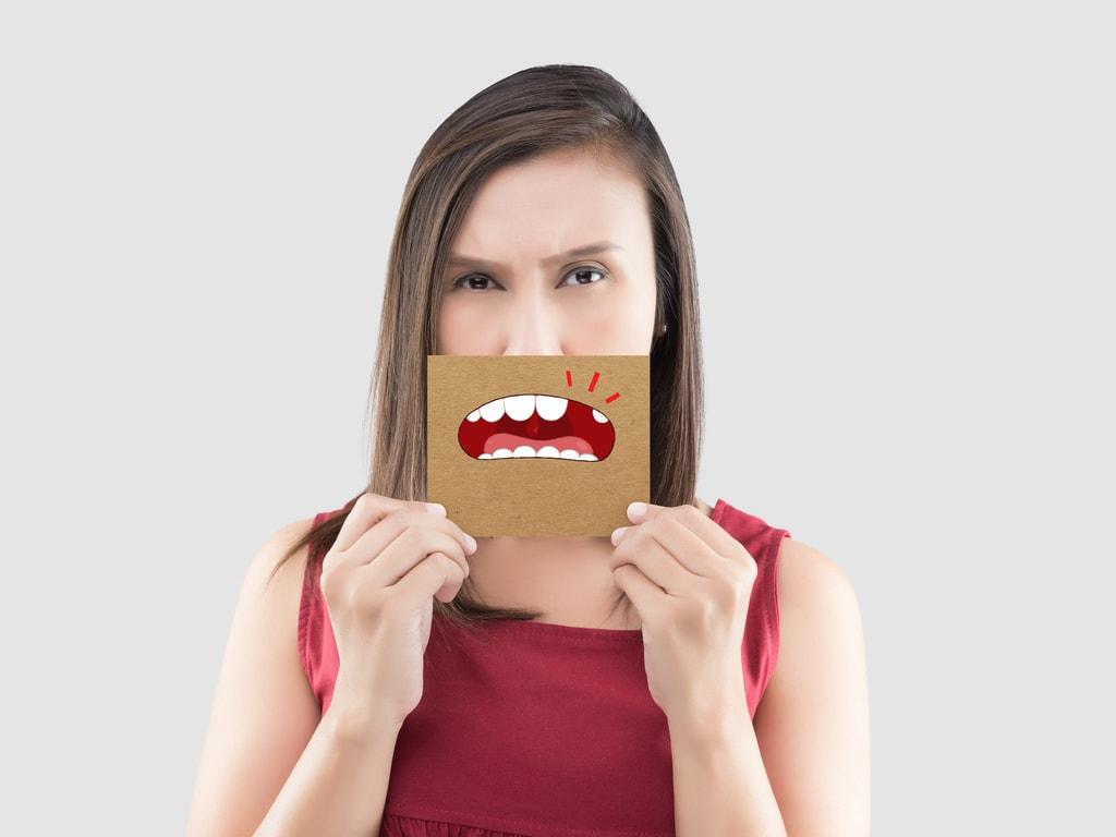 femme souffrant une alveolite dentaire