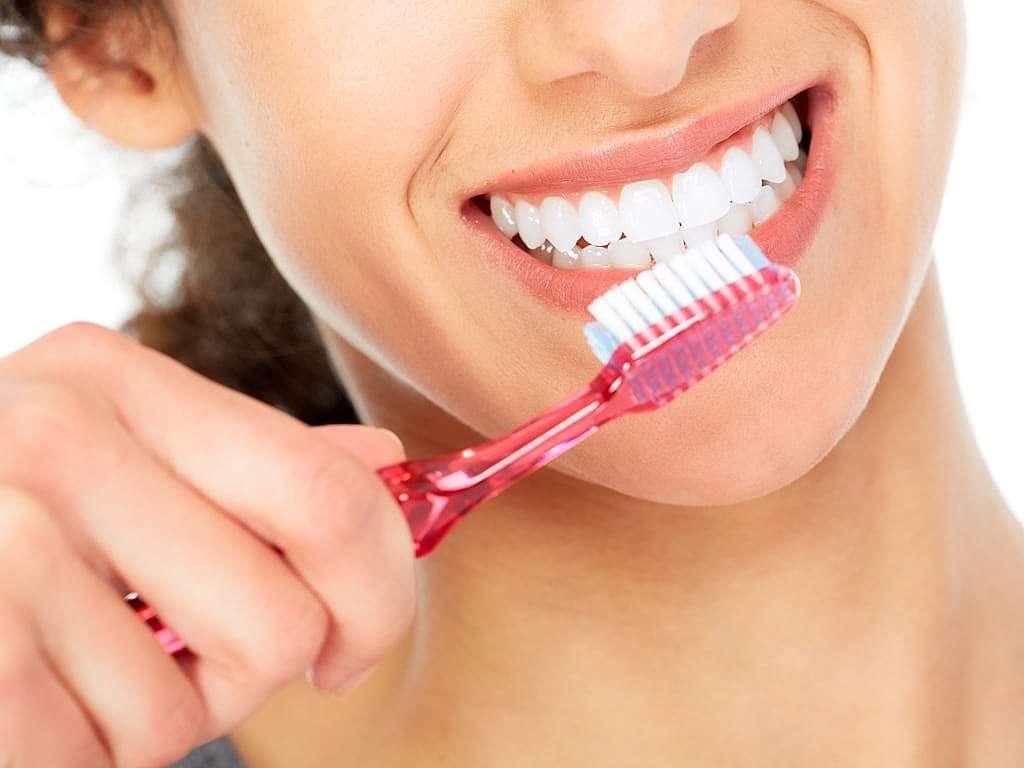 femme_se_brossant_les_dents