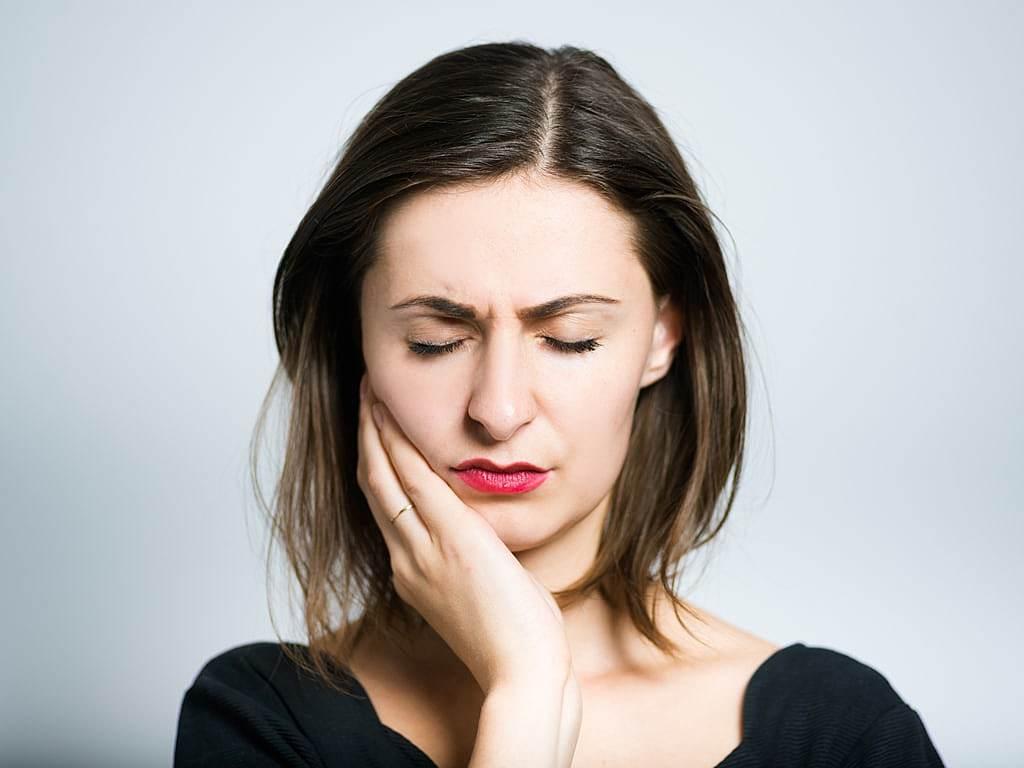 jeune_femme_avec_douleur_dentaire_intense