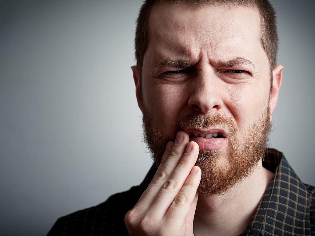homme_indiquant_une_douleur_dentaire