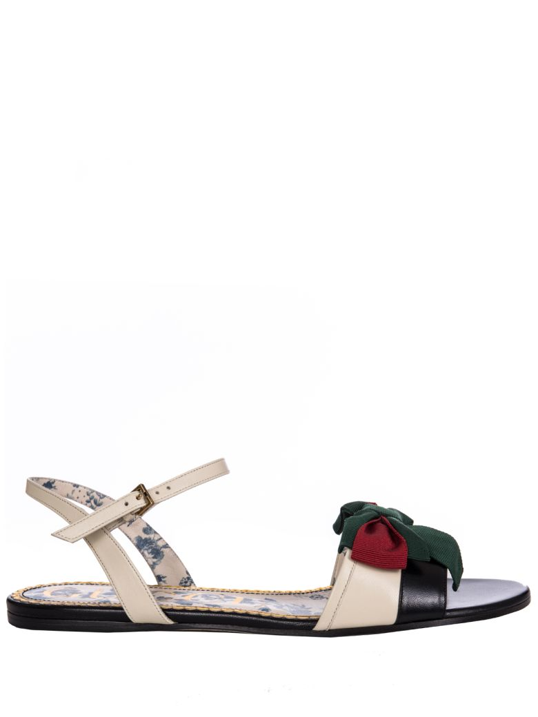 a8eef90195c0 Shop Gucci Bow Embellished Flat Sandals In Bianco-Nero