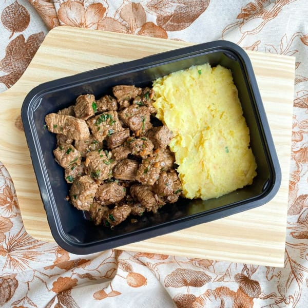 Iscas de filé mignon com purê de mandioquinha - 300g - Vipx Gourmet