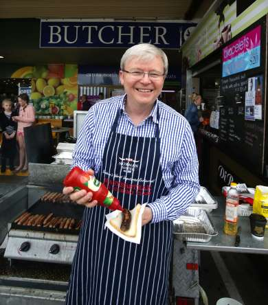 Kevin Rudd holds a sausage sizzle in Brisbane