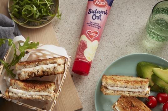 Kavli SalamiOst smaker skikkelig godt i toast sammen med tomat og dine favorittkrydre.