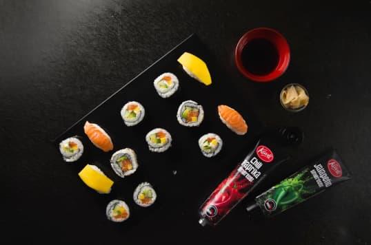 Har du prøvd Kavli smøreoster til sushi? Digg og lett - rett og slett. Om du prøver våre smaksrike smøreoster Kavli Jalapeño eller Chili Paprika får du et ekstra smakskick til sushien.
