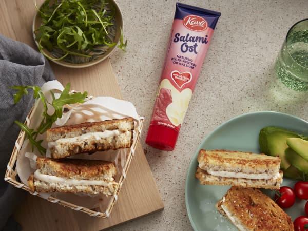 Kavli SalamiOst kombinerer to store norske påleggsfavoritter; hvitost og salami.