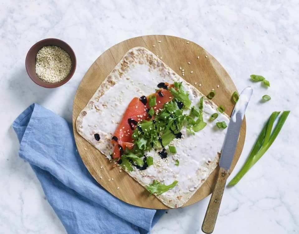 Smakfulle lefser med Kavli MagerOst, røkelaks og balsamico-crema. Et smart mellommåltid, deilig lunsj, eller velsmakende snacks når du får besøk.