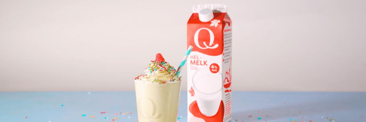 Milkshake med Q Helmelk og vaniljeis smaker nydelig godt. Prøv med litt hvit sjokolade på toppen.