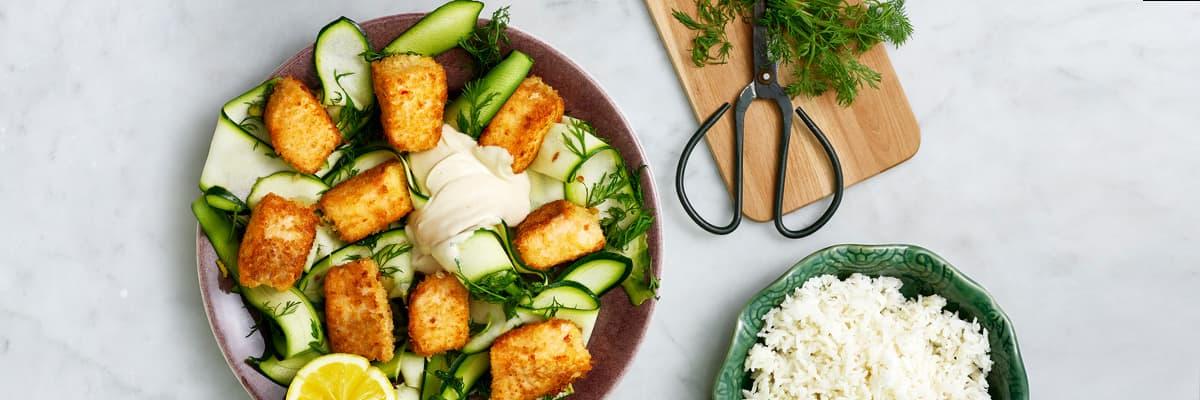 Laxnuggets med ris och zucchinisallad