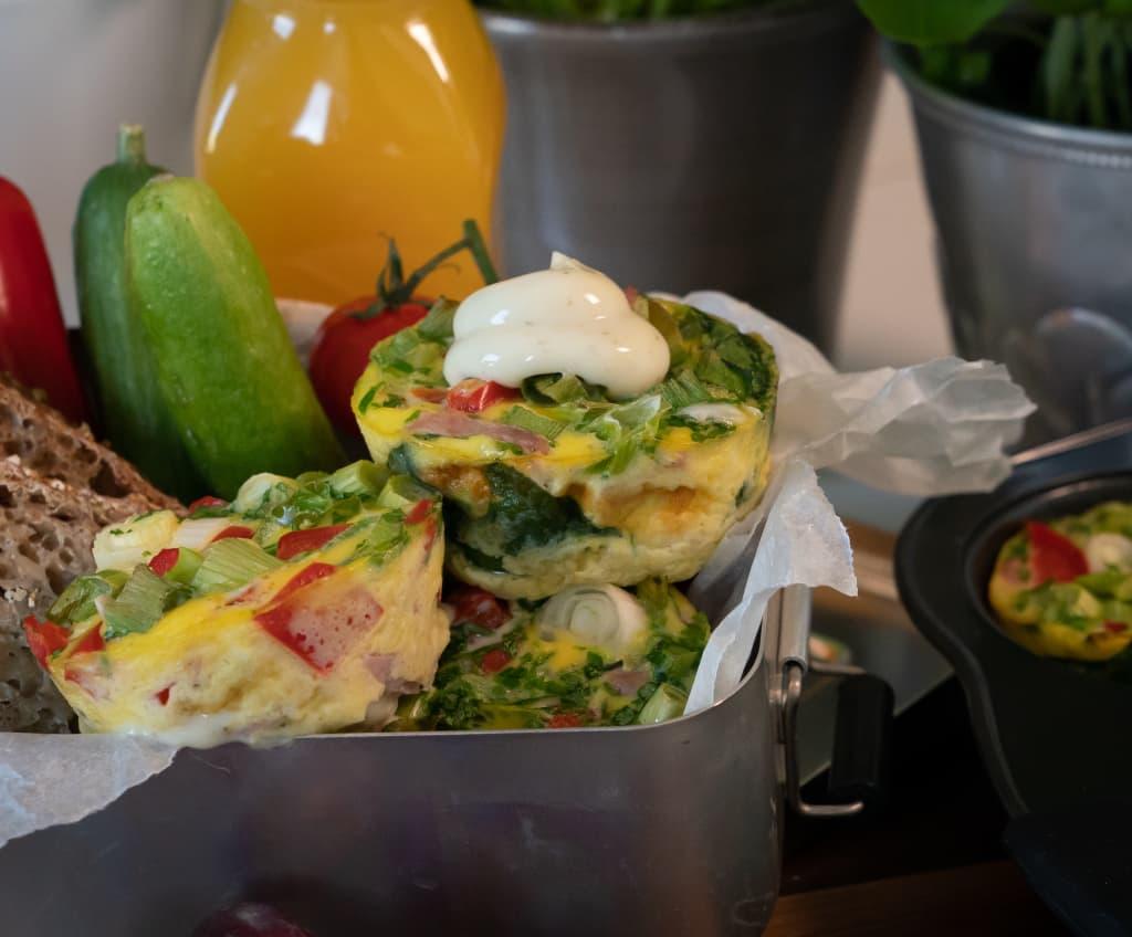 Fire lette lunsjretter med Kavli MagerOst. Porsjonsomeletter er genialt til lunsj og nydelig med MagerOst Skinke og grønnsaker i.